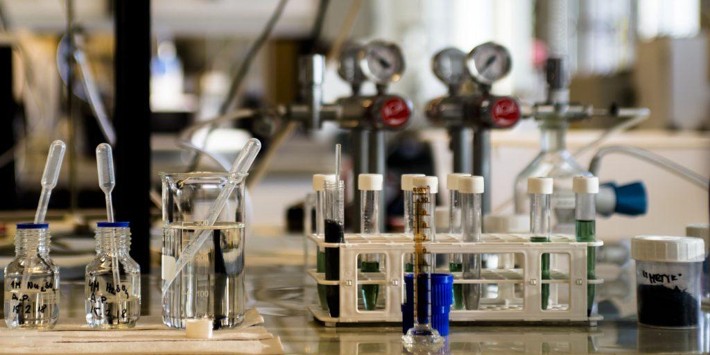 Laboratoriotarvikkeita pöydällä.