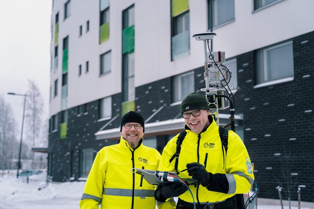 Tutkimusprofessorit Antero Kukko ja Harri Kaartinen seisovat talvisessa maisemassa rakennuksen edessä Espoossa.