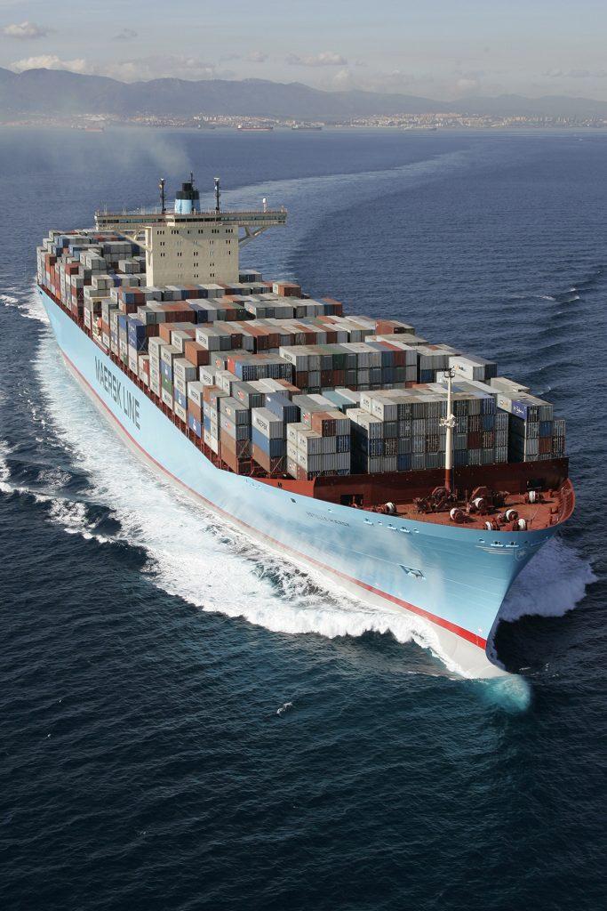 Iso rahtilaiva seilaa merellä.