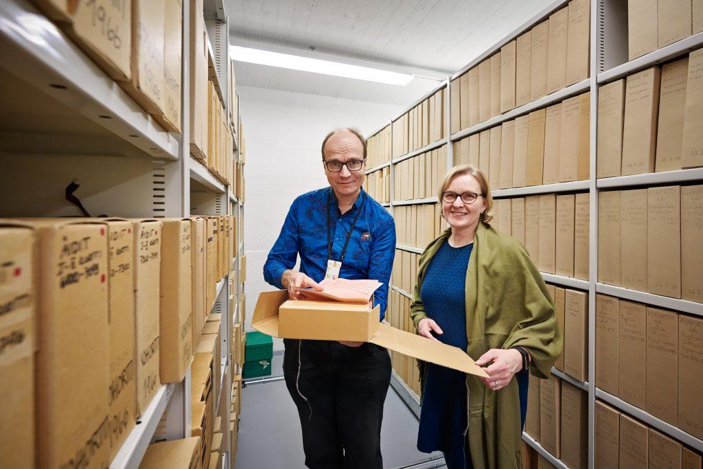 Professori Eero Kajantie ja tutkimusjohtaja Minna Ruddock esittelevät syntymäkohorttien aineistoja.