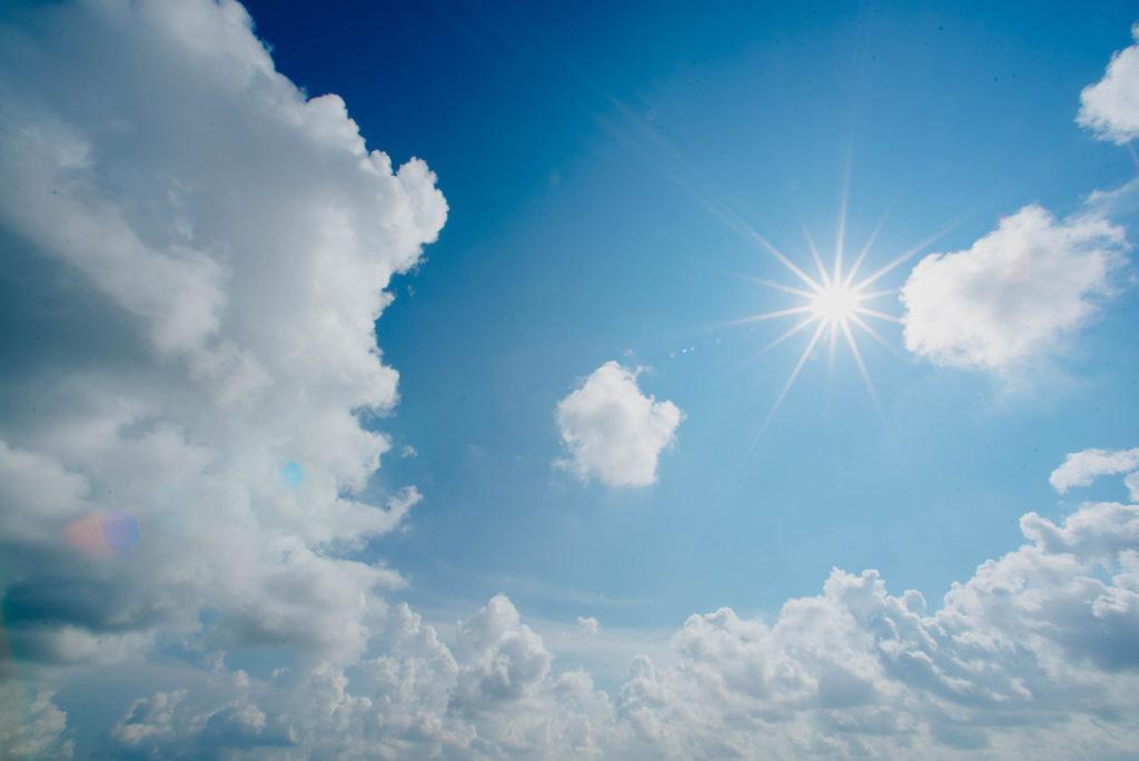 Aurinko paistaa sinisellä taivaalla.